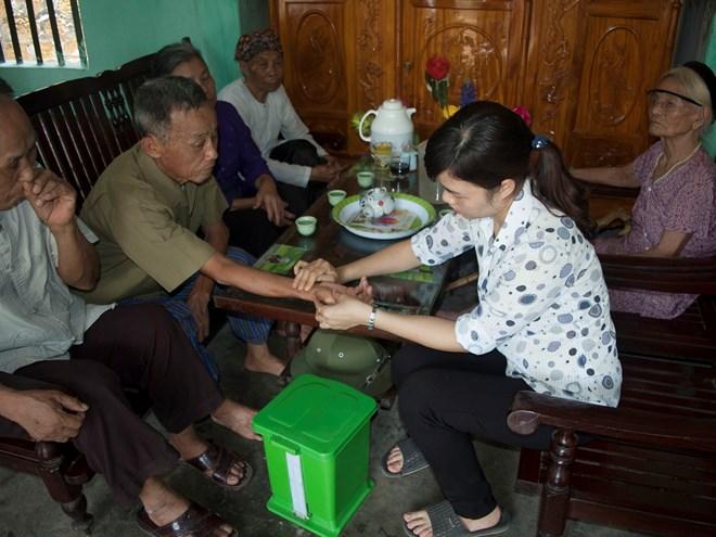 lương y Hường khám bệnh cho từng bệnh nhân