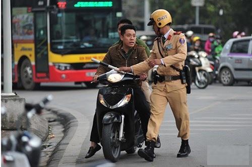 Nguoi dan 'like manh' hinh thuc phat lao dong cong ich khi vi pham giao thong - Anh 1