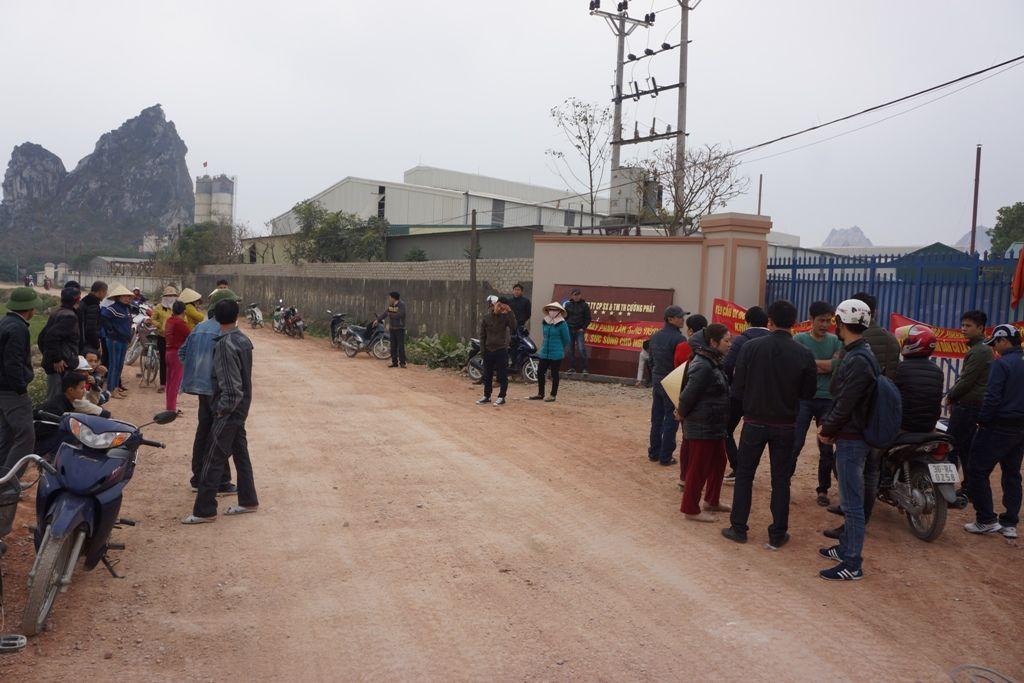 Dân vây nhà máy phân bón gây ô nhiễm