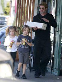 Brad Pitt ngọt ngào chăm sóc Angelina Jolie