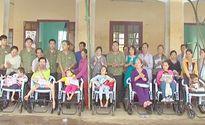 Tặng xe lăn cho trẻ em khuyết tật