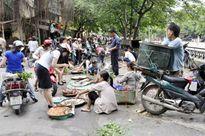 """Giải tỏa chợ cóc, chợ tạm ở Hà Nội """"Bắt cóc bỏ đĩa"""""""