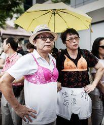 Hồng Kông: Đàn ông mặc áo ngực phản đối cảnh sát