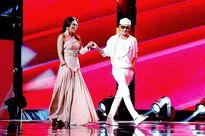 Mr Đàm tay trong tay sánh bước bên Mỹ Tâm trên sân khấu The Voice