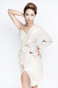 Trang Khiếu đẹp lạ với thời trang hand made