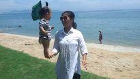 Clip: Bé 7 tháng tuổi đứng trên bàn tay mẹ ở bãi biển Hội An