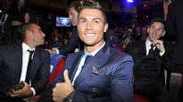 """Messi làm mặt """"ngố"""" hài hước trêu Ronaldo"""