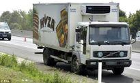 KINH HOÀNG: Chiếc xe tải đậu ven đường chở 50 thi thể 'đang phân hủy'