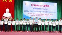 Chuẩn bị năm học mới 2015-2016: Trao học bổng cho học sinh nghèo hiếu học