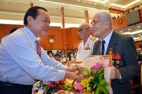 Trao tặng huy hiệu cho đảng viên nhiều tuổi Đảng