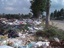 Bãi rác 'lộ thiên' giữa trung tâm thành phố