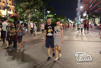 Các cặp đôi tay trong tay dạo chơi ngắm pháo hoa tại Sài Gòn