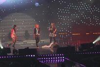 Xót xa với cảnh sao Hàn ngất xỉu trên sân khấu