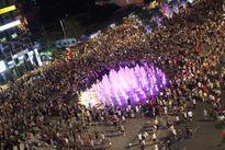 Phố đi bộ Nguyễn Huệ kẹt cứng vì dòng người xem pháo hoa