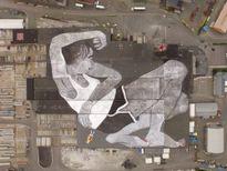 """Tranh vẽ """"người khổng lồ"""" say giấc trên đường phố như thật"""