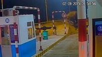 Đồng Nai: Xe Mercedes-Benz nát bét vì đâm vào trạm thu phí