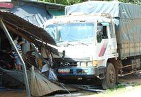 Hú vía với những pha ô tô mất lái đâm sập vào nhà dân