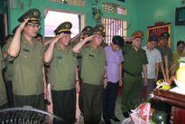 Thứ trưởng Bùi Văn Nam thăm hỏi, động viên gia đình cán bộ CAX hy sinh