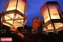 """""""Học trộm"""" nghề làm đèn kéo quân truyền thống ở Cao Viên"""