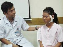 Gắp viên đạn xuyên từ cổ vào gần cột sống bé gái 13 tuổi