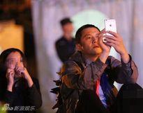 Lý Á Bằng một mình đi cổ vũ đêm diễn con gái riêng của Vương Phi