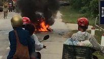 Xe máy ngã ra đường rồi bốc cháy trơ khung