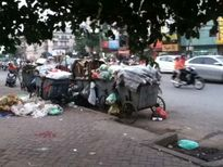 Đống rác tập kết giữa phố đông ở Thủ đô