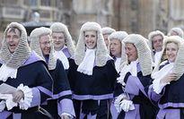 Thẩm phán = áo choàng đen, tóc giả?