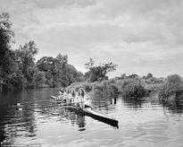 Nữ sinh chèo thuyền chụp ảnh khỏa thân làm từ thiện