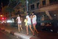 'Bướm đêm' chia góc đường chào khách: Cả nhóm cũng bao luôn