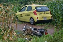 Kinh hoàng xe taxi đâm liên tiếp 2 xe máy, một phụ nữ sắp sinh tử vong