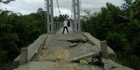 """""""Cầu treo vừa khánh thành đã sụp"""": Kè bê tông đã bị thay bằng... đất!"""