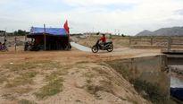Đồng muối nhiễm mặn, dân dựng lều phản đối vì chậm bồi thường
