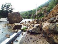 Hãi hùng đá khủng rơi chắn đường đi sân bay Cam Ranh