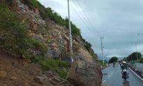 Lở núi, hàng tấn đá rơi chặn đường vào sân bay Cam Ranh