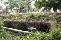 Bất ngờ phát hiện thi thể cô gái cùng xe máy dưới mương nước