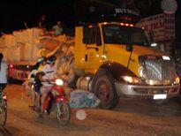 Giao thông hỗn loạn vì xe đầu kéo hất văng hàng tấn mùn cưa xuống đường