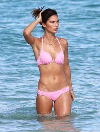 Thiên thần Victoria's Secret hâm nóng bãi biển trong buổi chụp hình