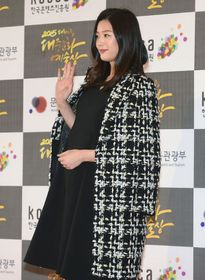 Jeon Ji Huyn đầu tư tiền tỷ sinh con - Can Lộ Lộ xém rơi ngực vì hớ hênh