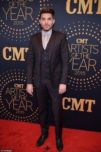 Adam Lambert đánh bại mỹ nhân Carrie, Kelly Clarkson