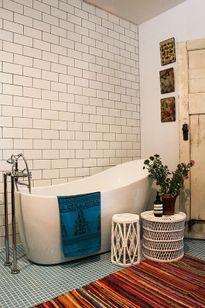 Thêm tiện ích cho phòng tắm với việc bài trí bàn ghế