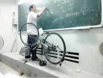 Dân mạng cảm phục 'Thầy giáo mang xe đạp lên bục giảng để giảng bài'