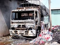 Xe tải đang đỗ bốc hàng bất ngờ cháy rụi cabin
