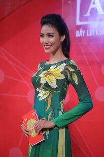 Lan Khuê diện áo dài giản dị vẫn nổi bật giữa dàn sao Việt