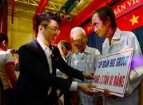 Trao tặng 13 triệu đồng và 3 tấn ximăng cho ông Huỳnh Văn Nén
