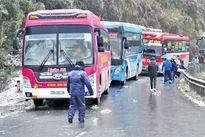 Nhiều tuyến đường tê liệt vì mưa tuyết