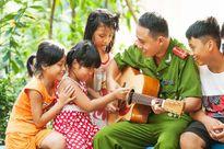 Chiến sĩ Công an dạy đàn miễn phí cho trẻ em khiếm thị ở Hà Nội