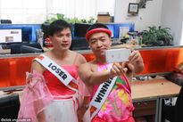 Tổng giám đốc VNG Lê Hồng Minh giả gái, mặc váy hồng làm từ thiện