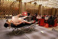 Thưởng Tết cho nam nhân viên độc thân bằng búp bê tình dục gây sốc