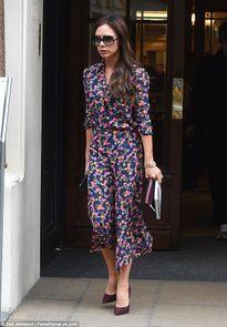 Victoria Beckham gây chú ý vì cầm tờ báo có ảnh khỏa thân ra phố